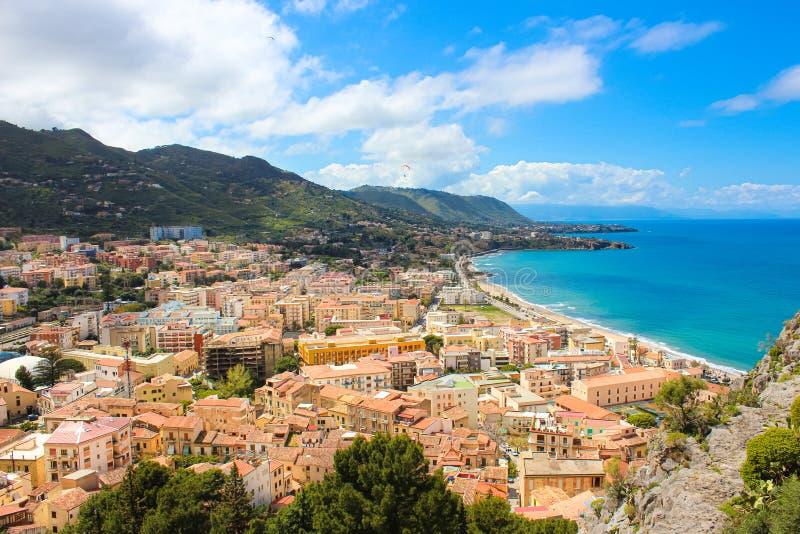 Piękny widok Cefalu, Sicily, Włochy brać od graniczących wzgórzy przegapia zatoki Zadziwiający miasto na Tyrrhenian wybrzeżu obrazy royalty free