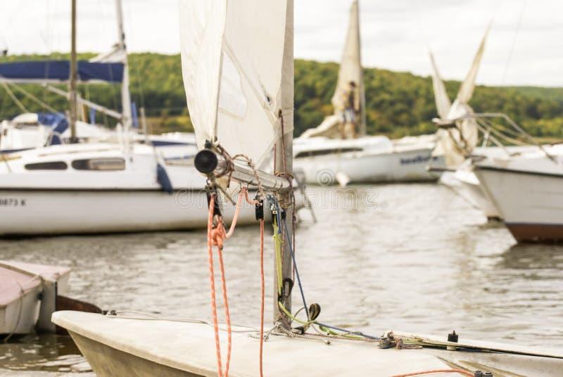 Piękny widok cumujący jachty przy brzeg na słonecznym dniu zdjęcie stock