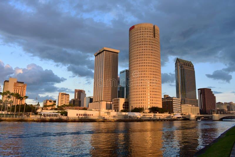 Piękny widok drapacz chmur, hotele kanały i most na chmurnym zmierzchu tle, obraz stock