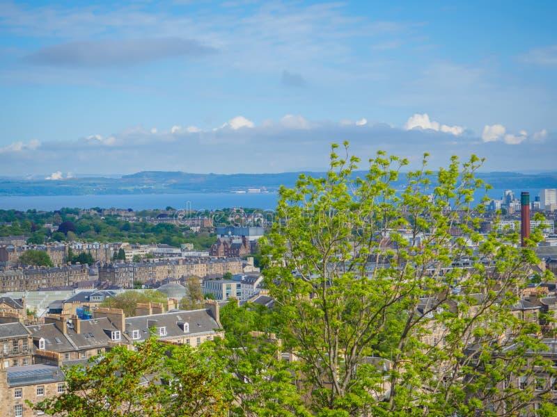 Piękny widok Edynburg, Szkocja, UK i Firth Naprzód od Calton wzgórza na słonecznym dniu fotografia stock