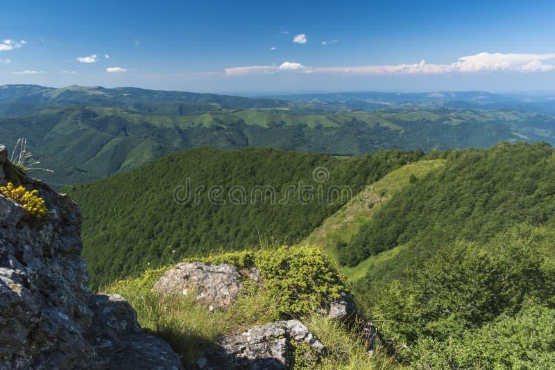 Piękny widok górski od wejść na ścieżce Kozya Stena buda Troyan Bałkański jest wyjątkowo malowniczy i obraz stock