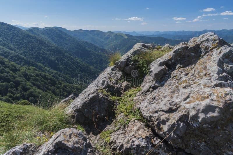 Piękny widok górski od wejść na ścieżce Kozya Stena buda Troyan Bałkański jest wyjątkowo malowniczy i obraz royalty free