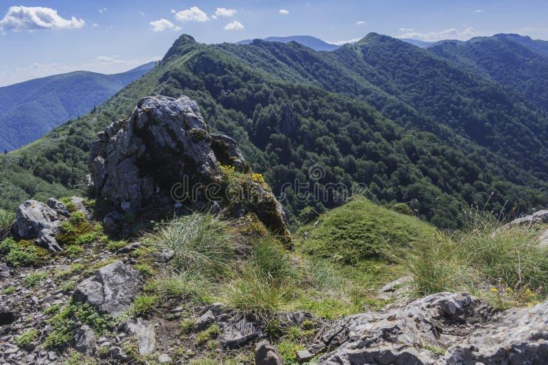 Piękny widok górski od wejść na ścieżce Kozya Stena buda Troyan Bałkański jest wyjątkowo malowniczy i fotografia royalty free