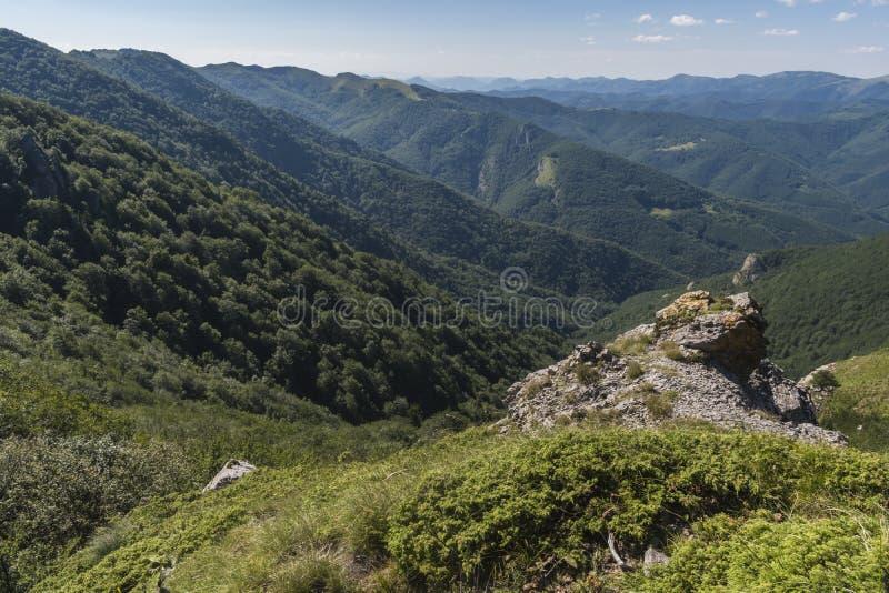 Piękny widok górski od wejść na ścieżce Kozya Stena buda Troyan Bałkański jest wyjątkowo malowniczy i obrazy stock