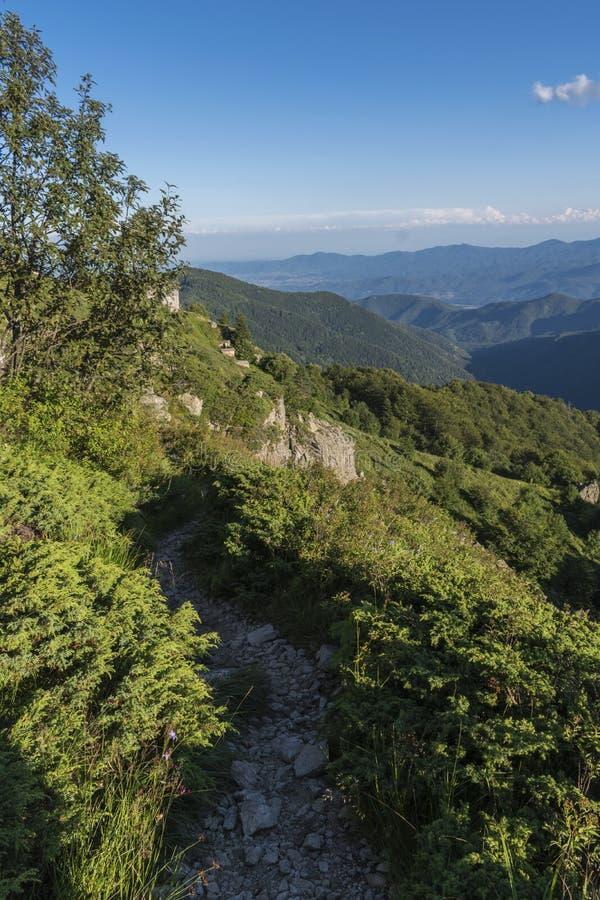 Piękny widok górski od wejść na ścieżce Kozya Stena buda Troyan Bałkański jest wyjątkowo malowniczy i obrazy royalty free
