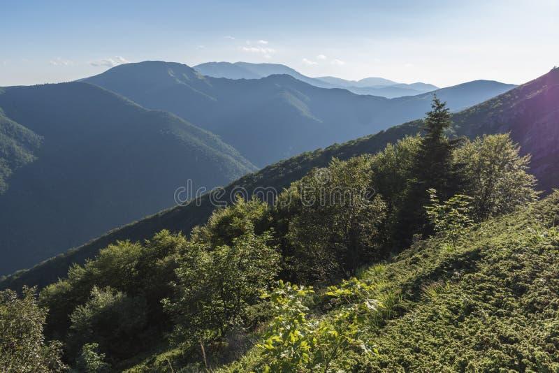 Piękny widok górski od wejść na ścieżce Kozya Stena buda Troyan Bałkański jest wyjątkowo malowniczy i zdjęcia stock