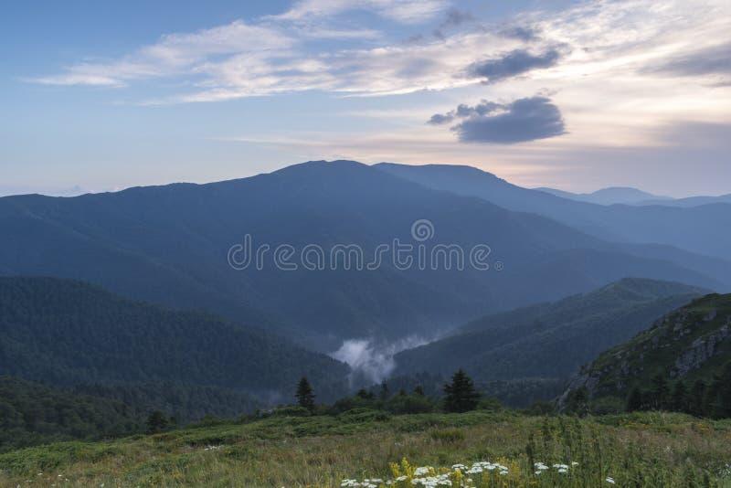 Piękny widok górski od wzgórzy na ścieżce Eho buda Troyan Bałkański jest wyjątkowo malowniczy obrazy royalty free