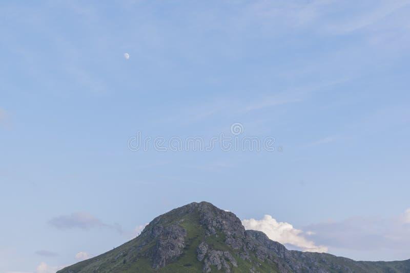 Piękny widok górski od wzgórzy na ścieżce Eho buda Troyan Bałkański jest wyjątkowo malowniczy i oferuje a fotografia royalty free