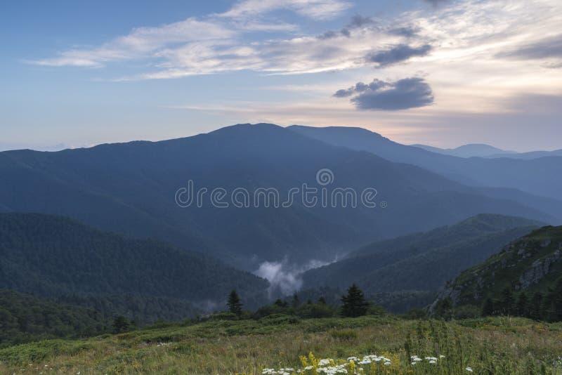 Piękny widok górski od wzgórzy na ścieżce Eho buda Troyan Bałkański jest wyjątkowo malowniczy i oferuje a zdjęcia royalty free