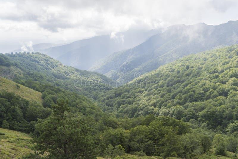 Piękny widok górski od wzgórzy na ścieżce Eho buda Troyan Bałkański jest wyjątkowo malowniczy i oferuje a obraz stock
