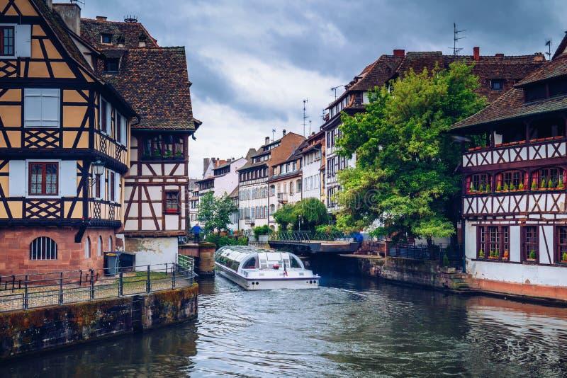 Piękny widok historyczny miasteczko Strasburg, kolorowi domy na idyllicznej rzece Strasbourg france obrazy royalty free