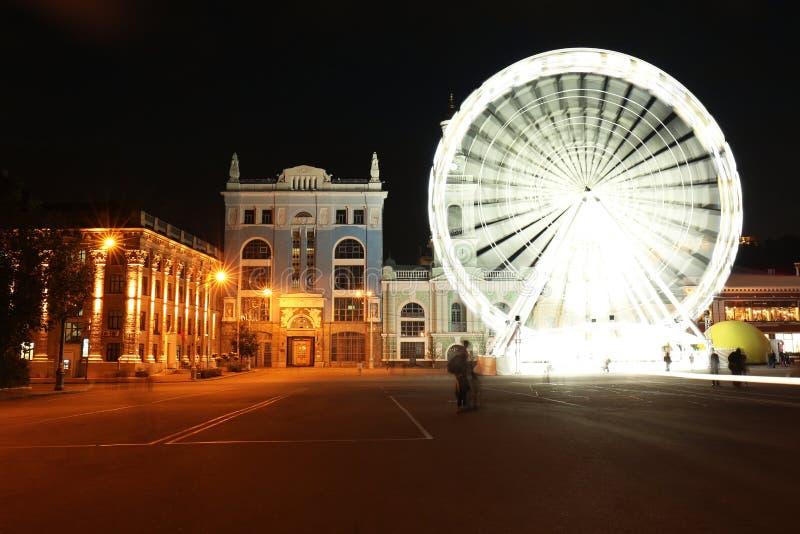 Piękny widok iluminujący miasto z ferris kołem przy nocą obraz royalty free