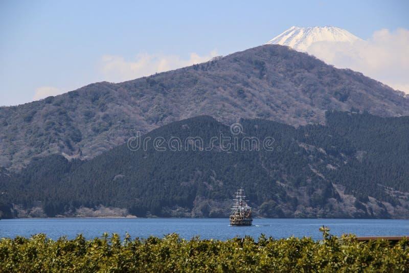 Piękny widok Jeziorny Ashi i wierzchołek zakrywający z śniegiem góra Fuji, Japonia zdjęcie stock