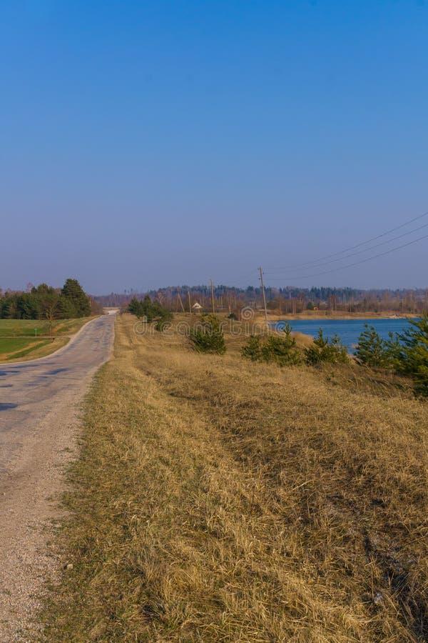 Pi?kny widok jezioro z b??kitne wody w Latvia niebieska spowodowana pola pe?ne si? chmura dzie? zielonych ro?lin krajobrazu ruchu obrazy royalty free