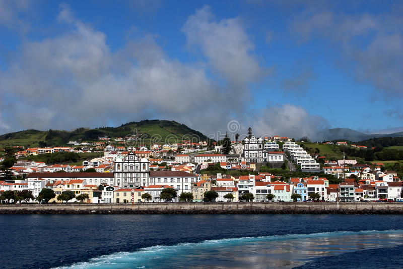 Piękny widok kapitał wyspa Faial, Horta z promem - obrazy stock