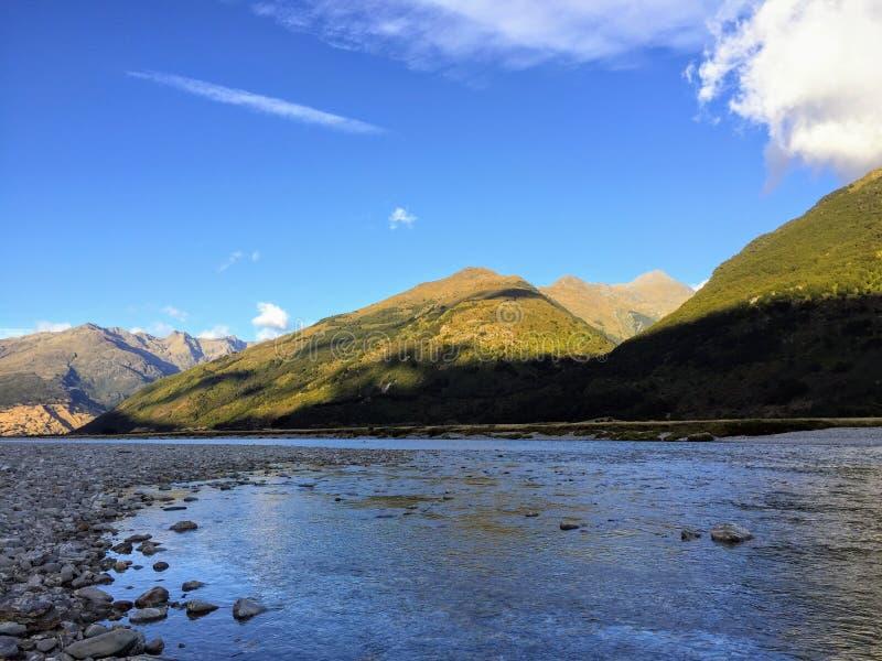 Piękny widok Makarora rzeka w górze Aspiruje parka narodowego na Południowej wyspie Nowa Zelandia fotografia stock