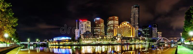Piękny widok Melbourne śródmieście przez Yarra rzekę przy zdjęcie royalty free
