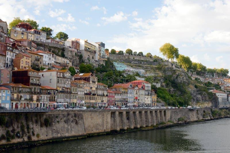 Piękny widok miasto Porto, Portugalia od rzecznego Duoro Dachy domy, góry i deptak w świetle, fotografia royalty free