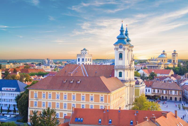 Piękny widok Minorit kościół i panorama miasto Eger, Węgry zdjęcia royalty free