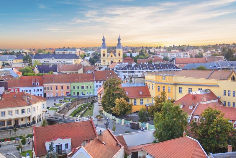 Piękny widok Minorit kościół i panorama miasto Eger, Węgry fotografia stock