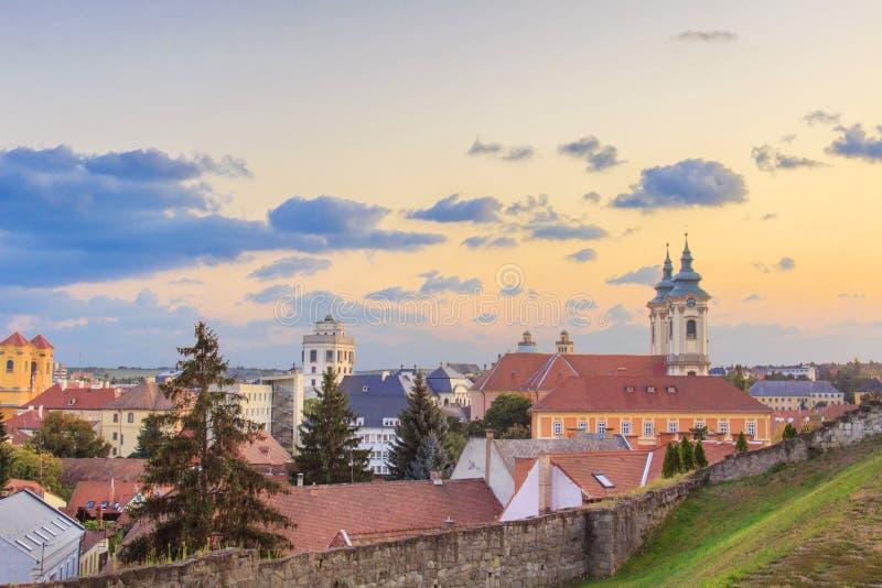 Piękny widok Minorit kościół i panorama miasto Eger, Węgry obrazy royalty free