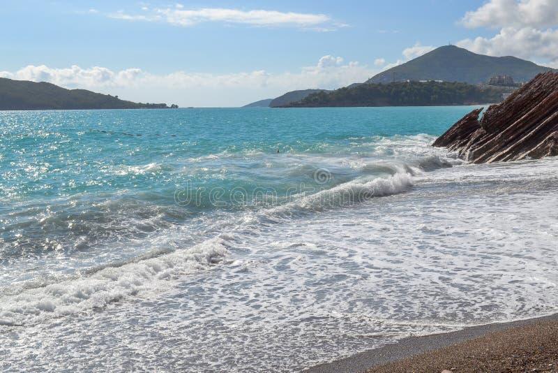 piękny widok morza Góra iść w morze Morze na słonecznym dniu adriatic morza Montenegro fotografia stock