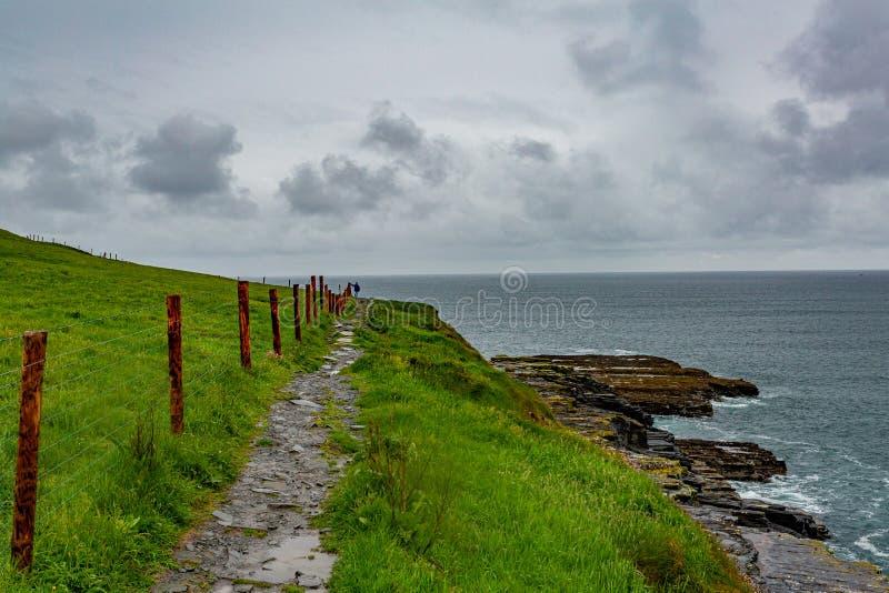 Piękny widok morze i ślad od Doolin falezy Moher zdjęcia royalty free