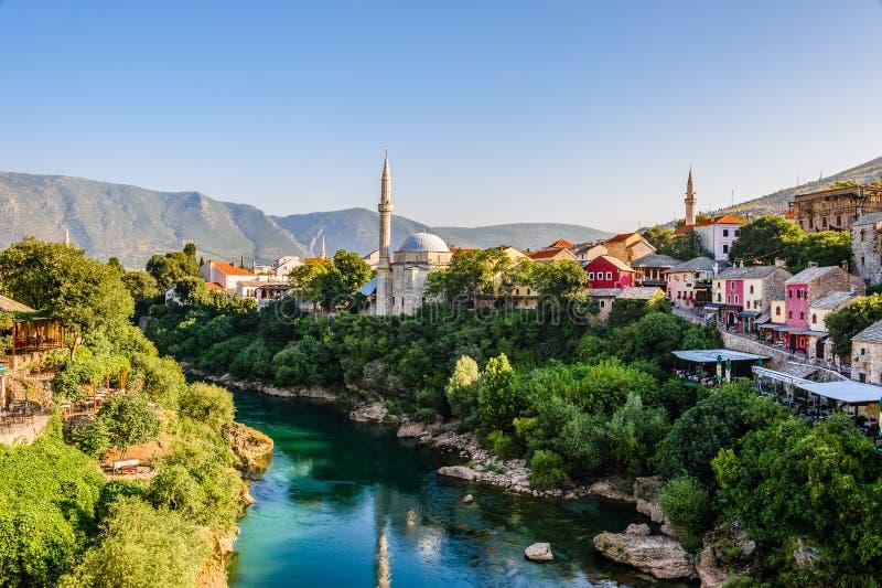 Piękny widok na Mostar mieście z Neretva rzeką i antyczną architekturą obraz royalty free