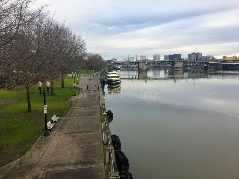 Piękny widok na rzekę willamette w Portland w stanie Oregon w piękny zimowy dzień zdjęcia stock