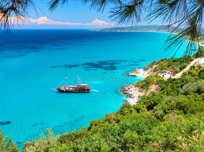 Piękny widok na zadziwiającej wyspy zatoce z pirata corsair stylu łódkowatym statkiem, pływa ludzi, plaża w Ionian morza błękitne fotografia royalty free