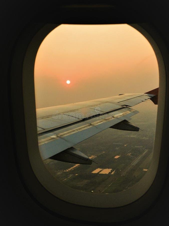 Piękny widok od okno w samolocie przy zmierzchem podczas lota obraz royalty free