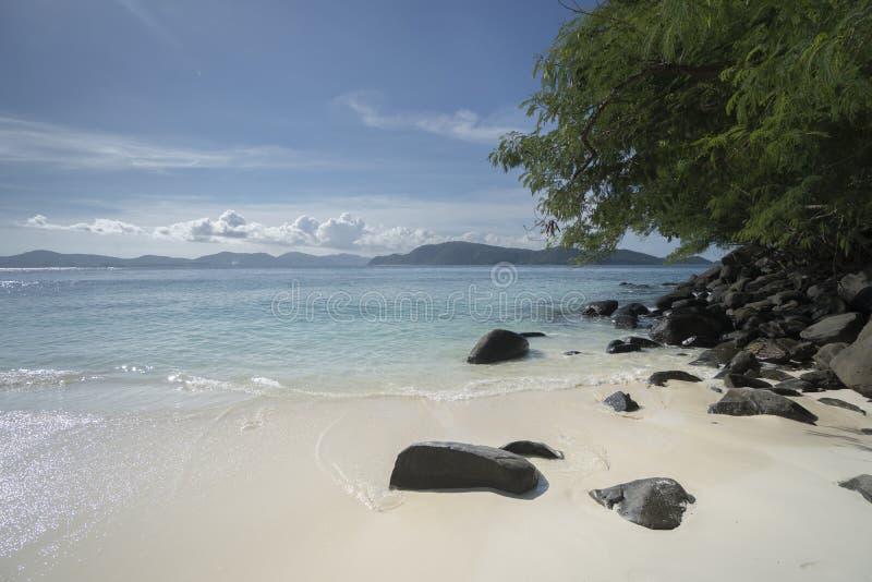 Piękny widok od plaży tropikalna wyspa zdjęcie royalty free