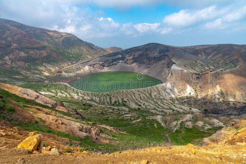Piękny widok Okama krateru jezioro przy górą Zao w lato słonecznym dniu aktywny wulkan w Miyagi prefekturze zdjęcia stock