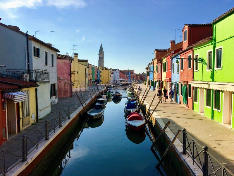 Piękny widok patrzeje w dół kanał w Burano, Włochy z oparty wierza w tle zdjęcia royalty free