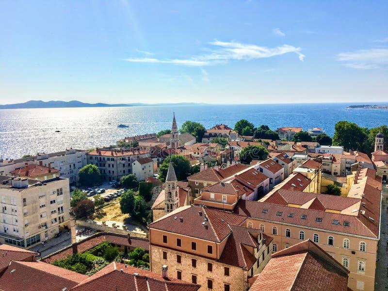 Piękny widok patrzeje w dół na starym miasteczku Zadar, Chorwacja od sławny Dzwonkowy wierza z pięknym Adriatyckim morzem, obraz royalty free