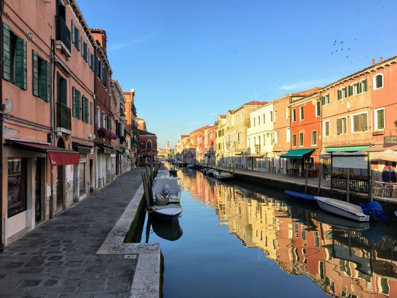 Piękny widok patrzeje w dół ruchliwie kanał w Murano, Włochy Łodzie jadą w dół kanał i turyści odwiedzają sklepy zdjęcie stock