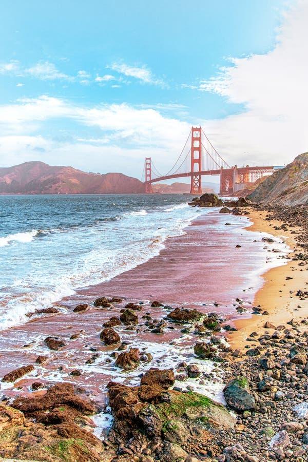 Piękny widok plaża w San Francisco z Piekarniany Bridżowy widocznym w tle fotografia royalty free