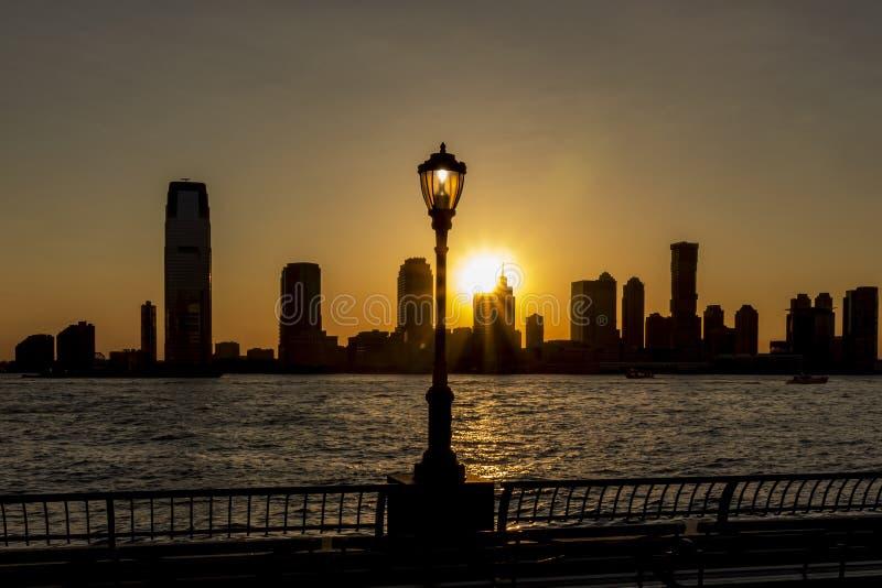 Piękny widok podczas zmierzchu na hudsonie i słońca położenie między linią Jersey City, Nowy Jork, usa obraz royalty free
