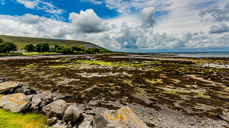Piękny widok podpalana plaża Ballyvaughan i teren fotografia royalty free