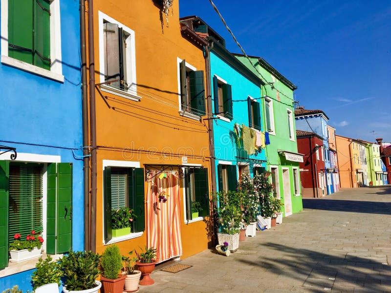 Piękny widok sławne ulicy wykładał z colourful domami w miasteczku Burano, Włochy na pięknym ranku zdjęcia royalty free
