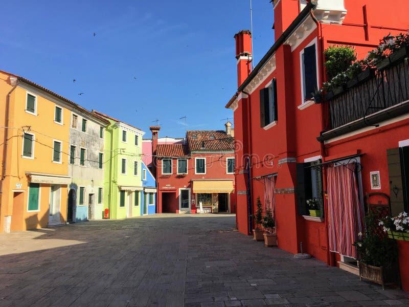 Piękny widok sławne ulicy wykładał z colourful domami w miasteczku Burano, Włochy na pięknym ranku fotografia stock