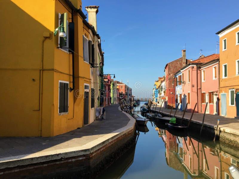 Piękny widok sławni kanały colourful domy wyspy miasteczko Burano i, Włochy na pięknym ranku zdjęcia royalty free