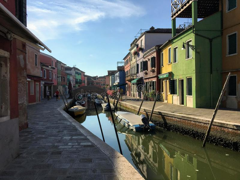 Piękny widok sławni kanały colourful domy wyspy miasteczko Burano i, Włochy na pięknym ranku zdjęcie stock