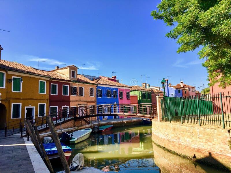 Piękny widok sławni kanały colourful domy wyspy miasteczko Burano i, Włochy na pięknym ranku obraz royalty free