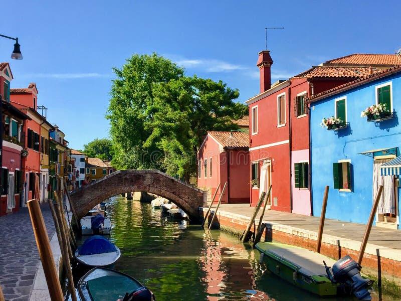 Piękny widok sławni kanały colourful domy wyspy miasteczko Burano i, Włochy na pięknym ranku obrazy stock