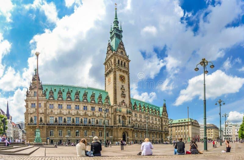 Piękny widok sławny Hamburski urząd miasta z dramatycznymi chmurami obrazy royalty free