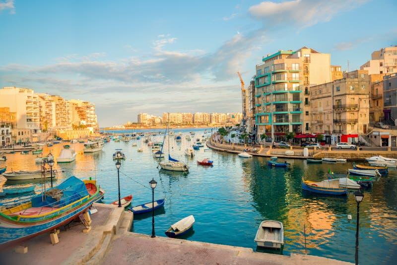 Piękny widok schronienie z maltese łodziami w St Ju i jachtami obrazy stock