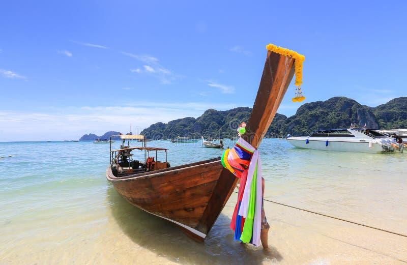 Piękny widok, seascape, łódź na halnym tle, Południowy Tajlandia morze w Krabi prowincji, Andaman, Tajlandia obrazy royalty free
