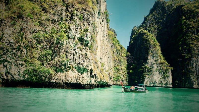 Piękny widok skały, morze i łódź na wyspie w Thailand Phuket, Podróż obrazy stock