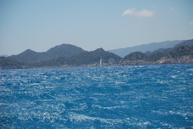 Piękny widok skalisty brzeg pod niebieskim niebem i morze śródziemnomorskie fotografia stock